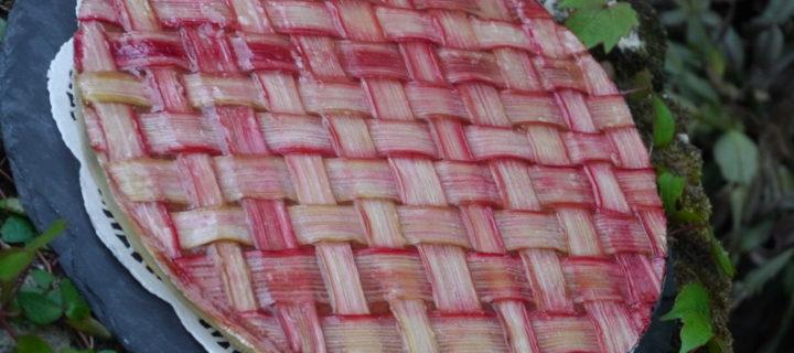 Tarte à la compotée de rhubarbe et fraise en habit de fête